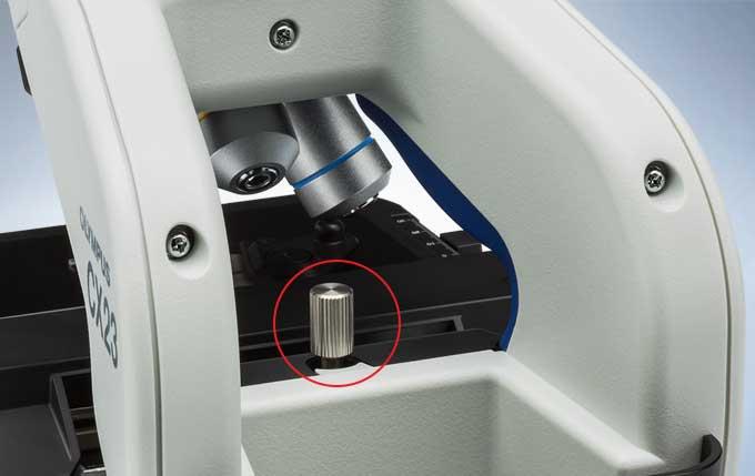 奥林巴斯CX23正置显微镜配有锁焦装置和符合人体工学的手柄,非常方便携带和存放。